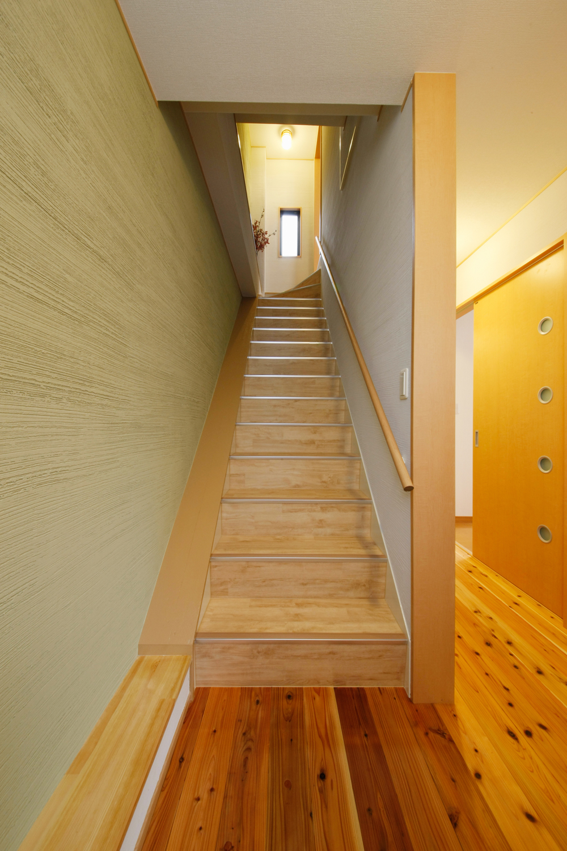 シラス壁の階段と玄関