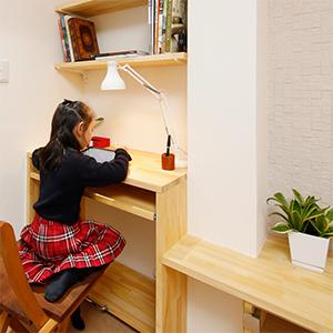 無垢素材の机で本を読む子供