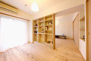 スギの床が美しい洋室