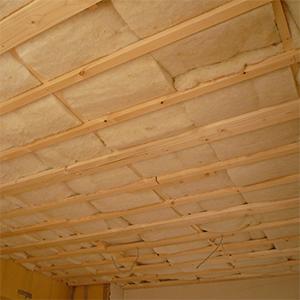 羊毛断熱を敷き詰めた天井