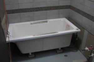浴室リフォーム中の浴槽設置