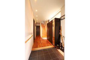 無垢の桜材の床を使用した玄関全景
