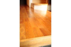玄関の無垢の桜材床
