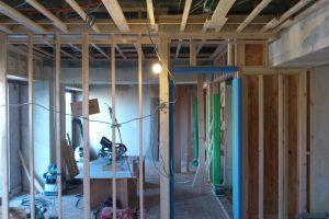 スケルトンリフォーム中のリビング 木枠工程01