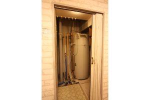 キッチンリフォーム前のキッチン横の電気温水器