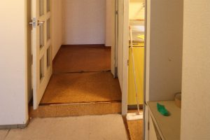 バリアリフォーム前の廊下とリビングの段差