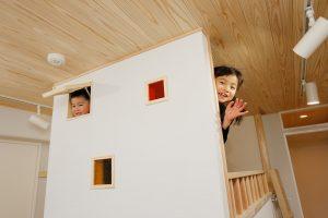 子供部屋リフォーム後の上の段から子供たちが顔出し