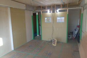 子供部屋リフォーム中 クローゼットからの二つの出入り口を開口した状態