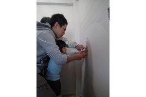 壁に家族の手形01