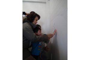 壁に家族の手形02