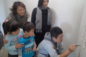 壁に家族の手形03