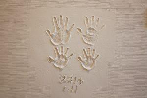 壁に家族の手形完成