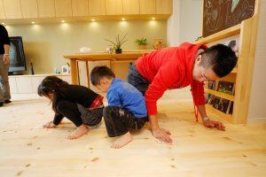 家族総出で床に※ぬかワックス塗り