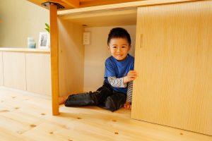 収納リフォーム後のリビング壁面収納 下の段は子供が入れるくらいに大きくざっくり
