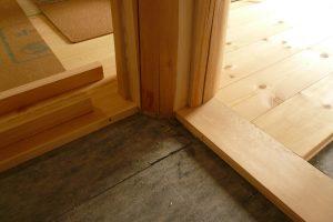 リビングリフォーム中 丸太を床に設置