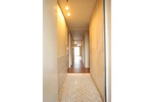 ヘリンボーンに敷いたタイルが美しい玄関リフォーム後