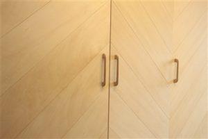 下駄箱の扉と取っ手は無垢材で造作