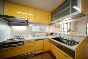 黄色が鮮やかなステンレスシステムキッチン