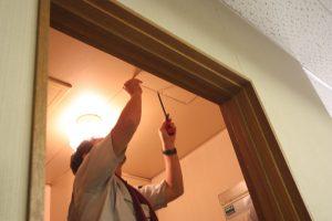 洗面の天井にある点検口から、ダクトの確認をします。