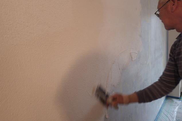 左官は職人が丁寧に手作業(下地塗り作業中)