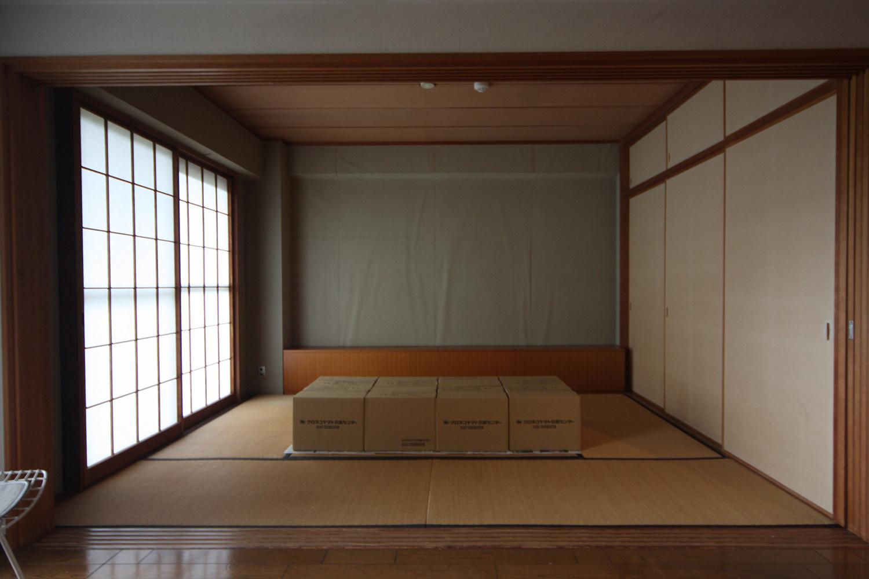 壁がはがれかけている和室