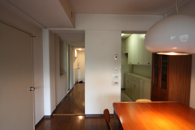 キッチンとダイニングの間に仕切り壁があった以前のキッチン