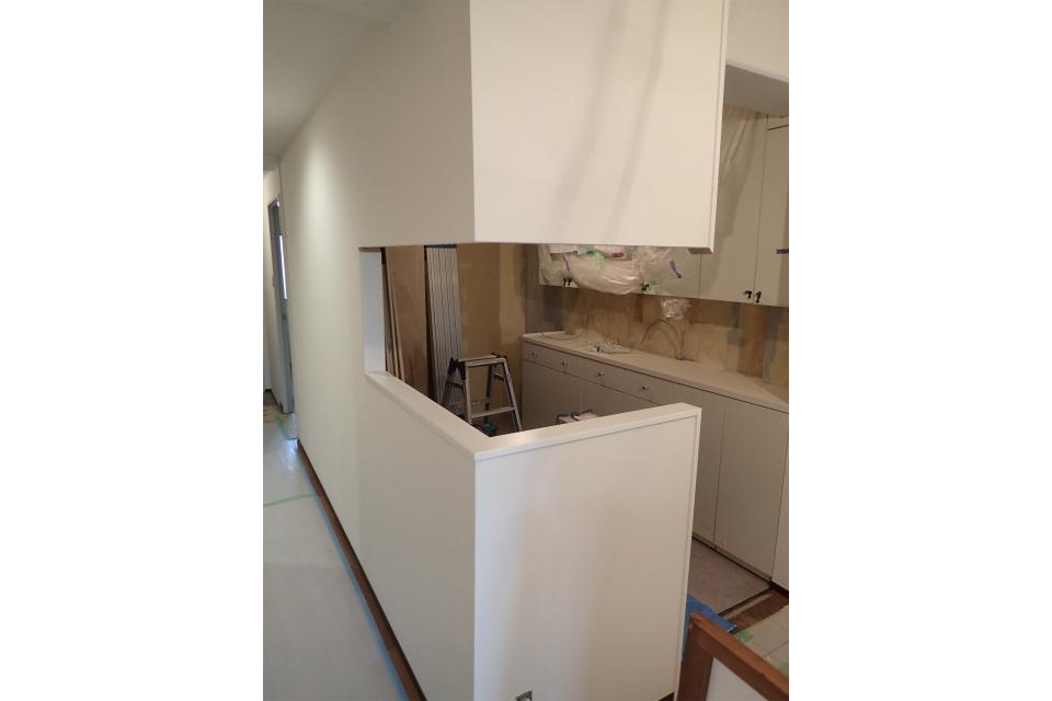 廊下側とダイニング側の壁をとったキッチン