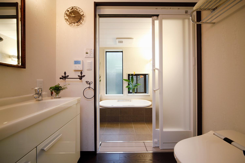 リフォームで浴室のすぐ手前にトイレと洗面を配置