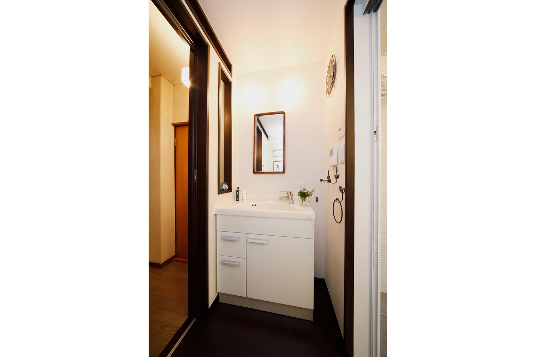 洗面の鏡はあえて小さくおしゃれに