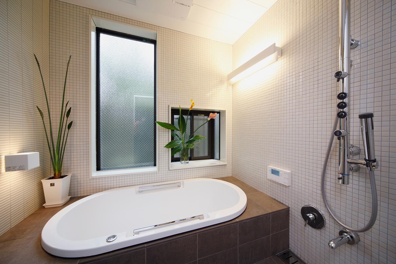 白と茶のタイルがお洒落な浴室