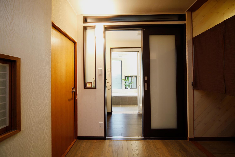 リフォーム後、浴室からの光が廊下まで入ります