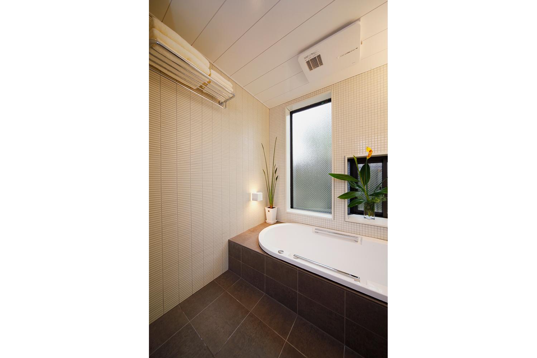 窓から明るい光が入り込む浴室