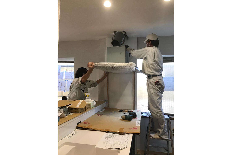 キッチン換気扇設置中