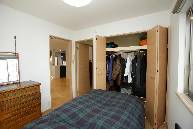 ご主人の寝室側ウォークスルークローゼット