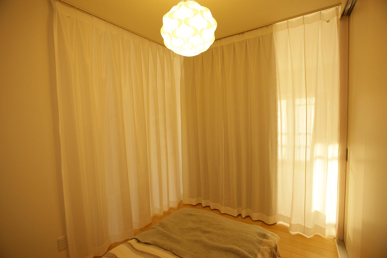 寝室スペースのカーテンを開けた所