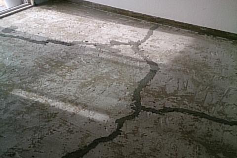床下コンクリートヒビ補修