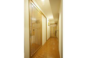 玄関からみた廊下の引き戸