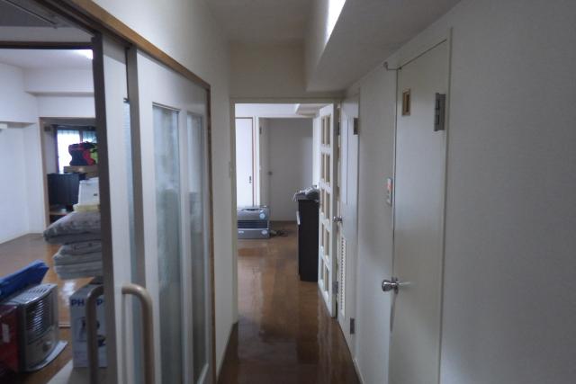 廊下の引違い扉とトイレ洗面扉