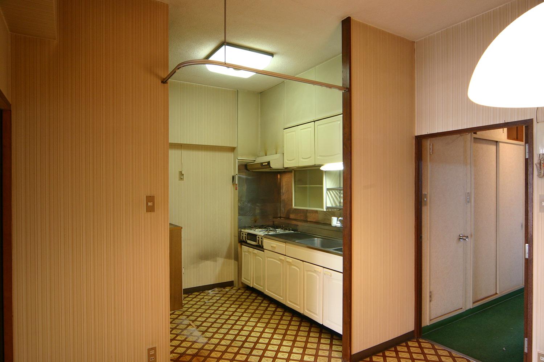 リビング側からみたリフォーム前のキッチン