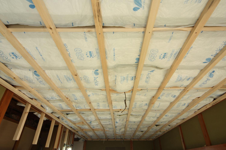 天井に断熱材敷設
