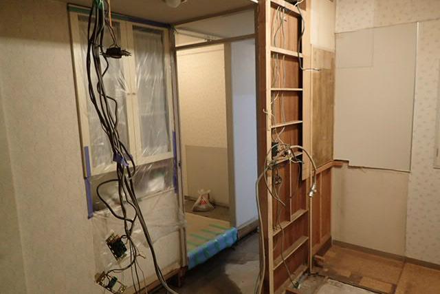 キッチン壁解体中