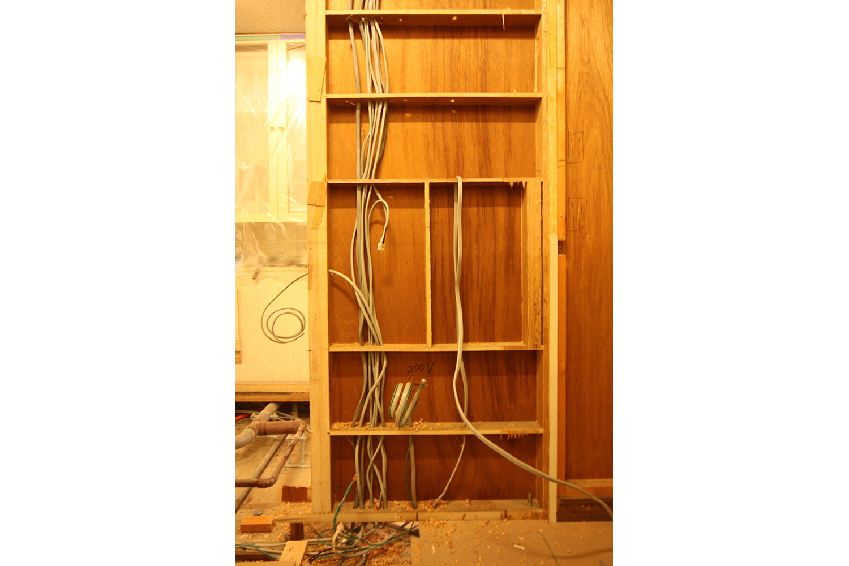 壁の中の電気配線