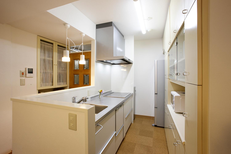 壁を取り払い明るい対面キッチンに