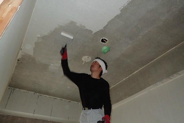 天井に抗酸化溶液塗布中