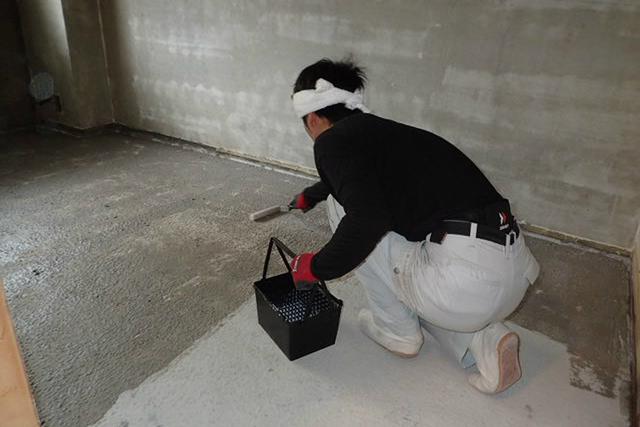 床に抗酸化溶液塗布中
