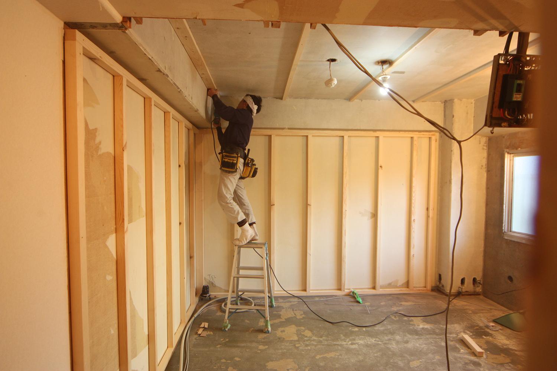 内装壁を取り付けるための骨組み作業中