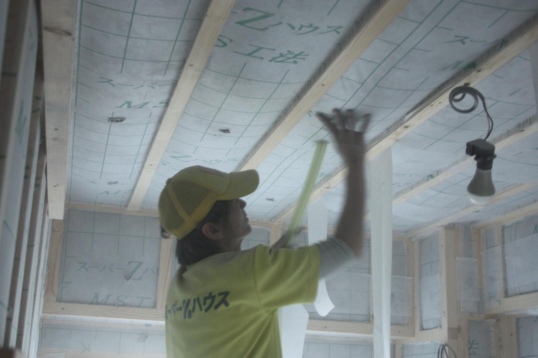 天井にセルロースファイバー充填中