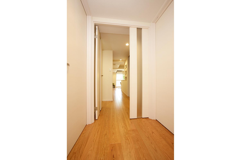 廊下の親子扉の子を閉じたところ