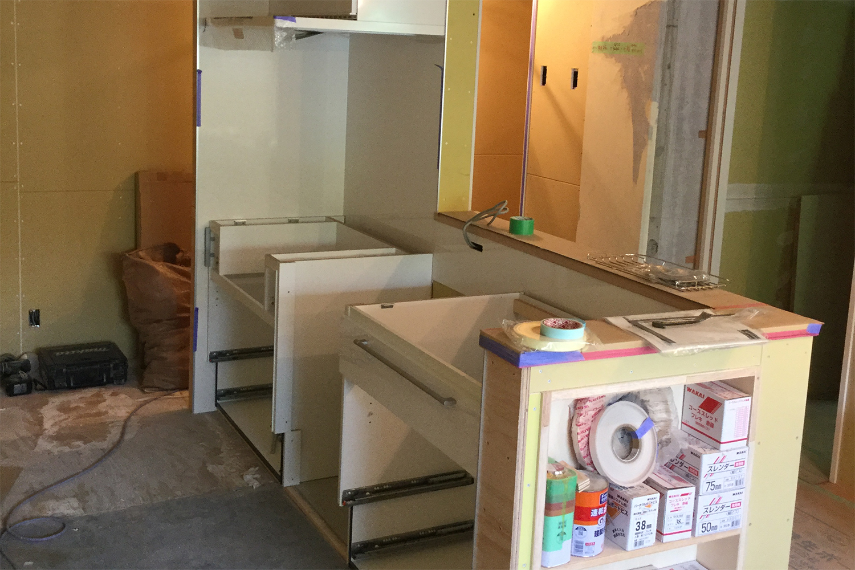 キッチン組み立て途中