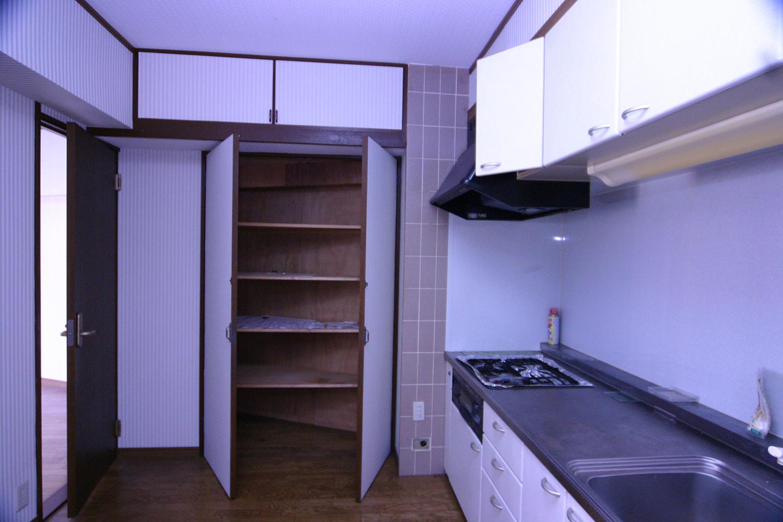 リフォーム前のキッチン収納の扉開け